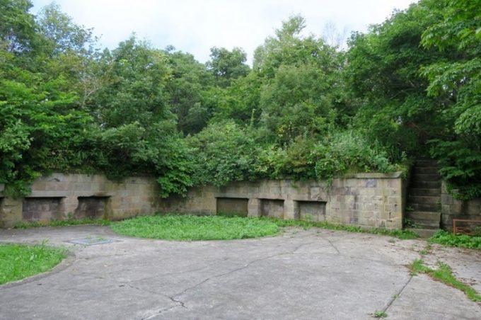 御殿山第二砲台の砲座跡。ここには28cm榴弾砲があった。