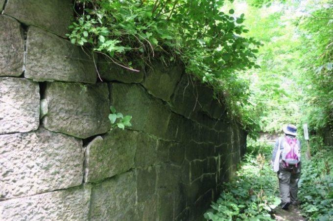 薬師山砲台跡付近の石垣。