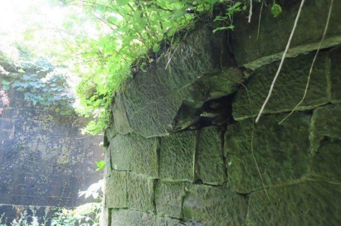 薬師山砲台跡付近の石垣も崩壊が始まっている。