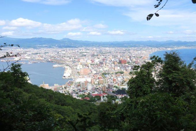 薬師山コースの下山ルートで見えた函館市街地の眺め。