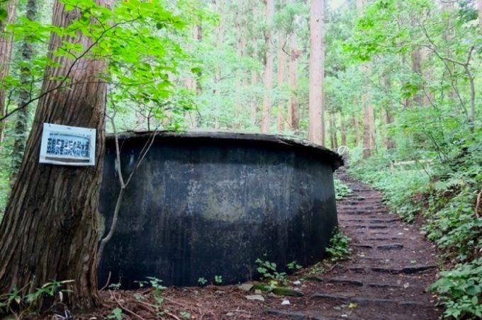登り始めると、大きな円柱型の旧要塞貯水槽が現れた。