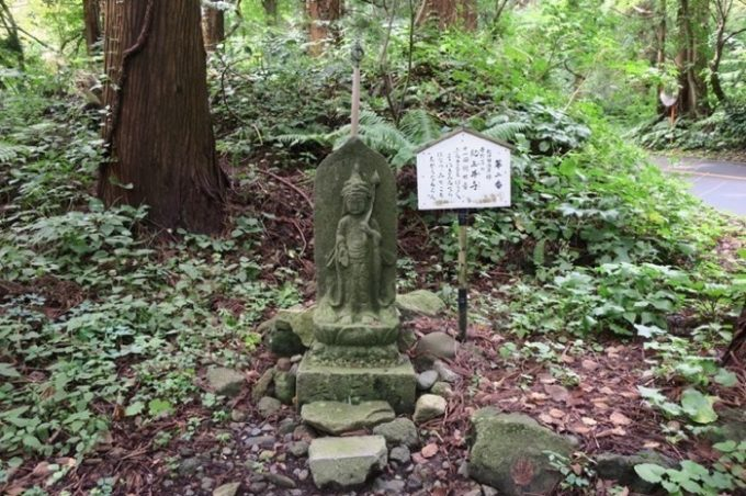 登山道の至る所に、三十三観音像が佇む。