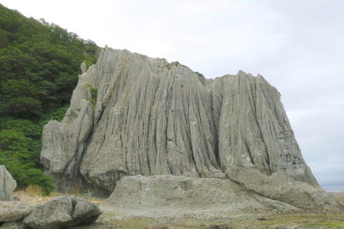 山肌が剣山のようにも見える「蓬莱山」。