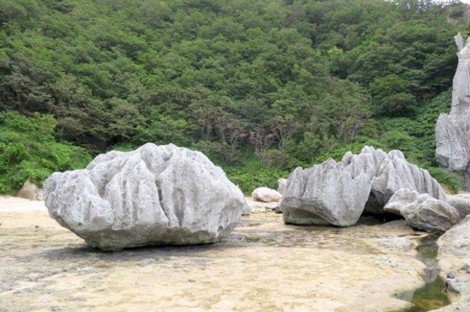 蓮の形をしている「蓮華岩」。