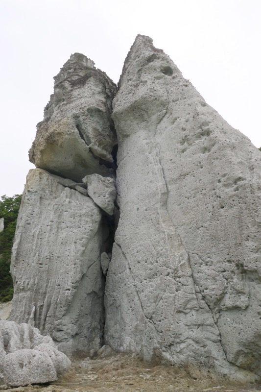 大きな割れ目の入った巨大岩。