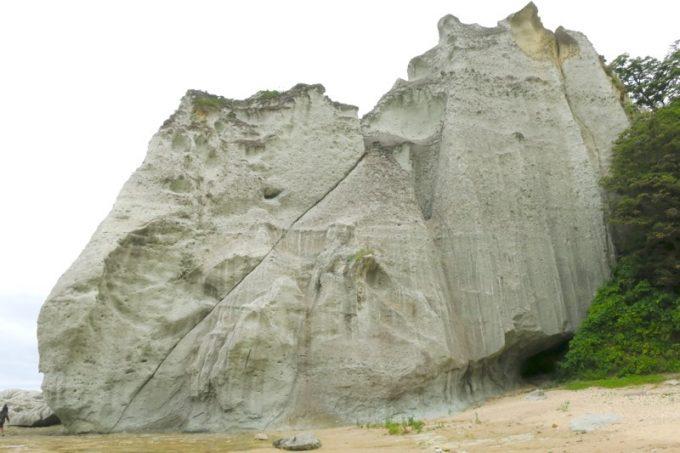斜めに亀裂の入った巨大岩。