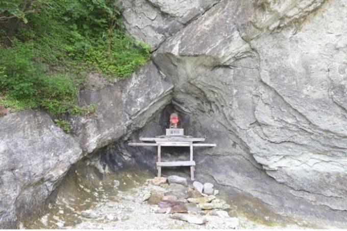 岩の間に祀られたお地蔵様。