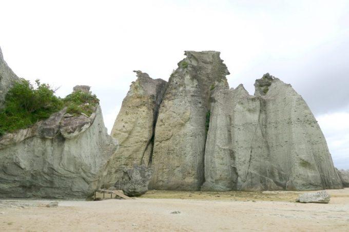 断崖にそびえ立つ白い天竜岩。