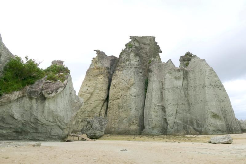 断崖にそびえ立つ白い奇岩怪石