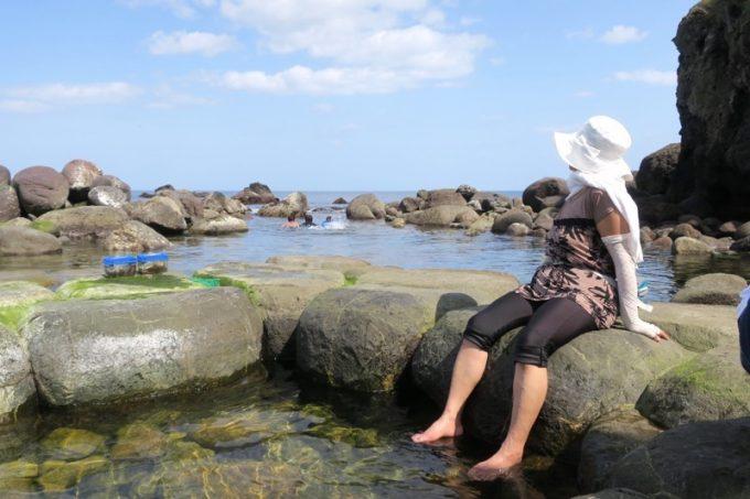 「水無海浜温泉」で足湯するおかん。