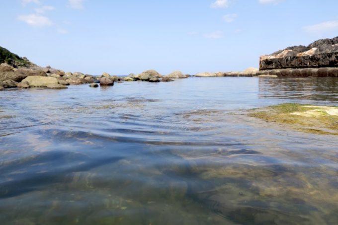 潮の満ち引きで海水が流れ込み、温泉の温度が変わる。