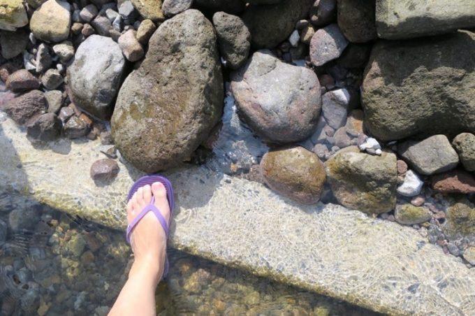 「水無海浜温泉」の周辺は岩場になっているため、裸足では歩かない方がいい。