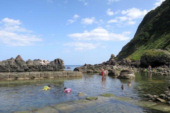 温泉よりも海水浴を楽しむ家族連れが多かった。