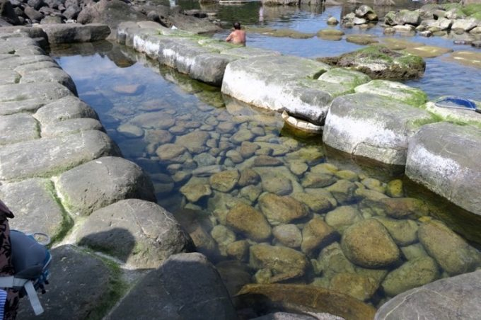 「水無海浜温泉」の露天風呂は石造り。