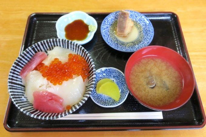 ぬいどう食堂の歌舞伎丼(1000円)。煮付けもついた定食だ。