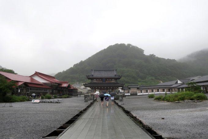 恐山菩提寺の総門を潜ってすぐの風景。