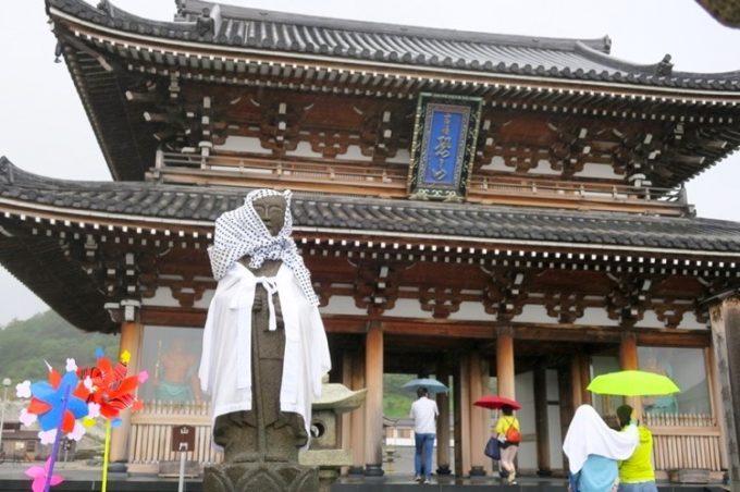 恐山菩提寺の山門と、脇にあった地蔵。