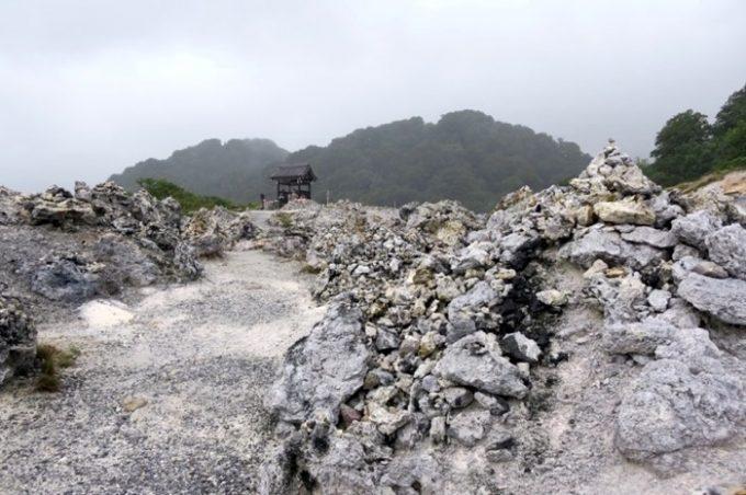 真っ白い積み石がそこかしらに広がる無間地獄。この光景に言葉を失った。
