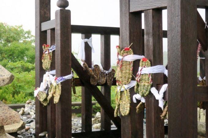 慈覚大師堂に近寄ると、草履が括られている。亡き人が無事にあの世へ旅立てるようお供えされたものだ。