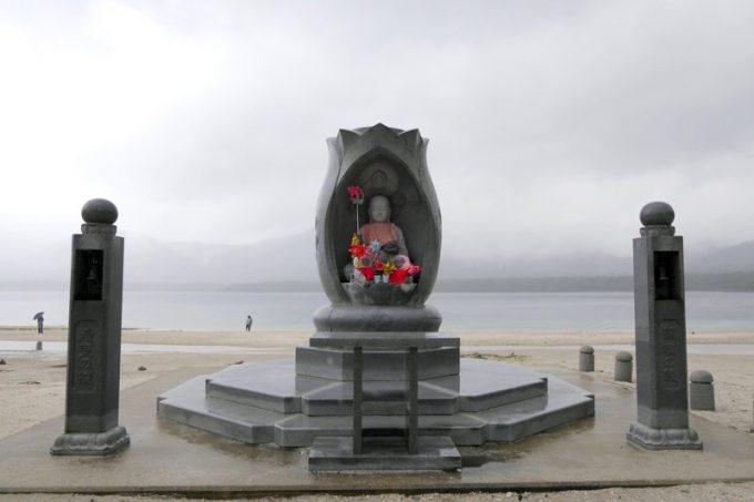 宇曽利湖を背負った恐山の震災慰霊塔。