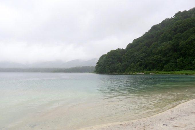 恐山の極楽浄土とも言われる宇曽利湖。残念ながら天候が悪く、その美しさは十二分に満喫できず。