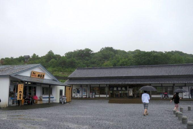 総門の横には、売店とお食事処「蓮華庵」がある。