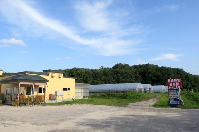 駒ケ岳のみよい農園の販売所。店先の小屋では、無人販売もしている。