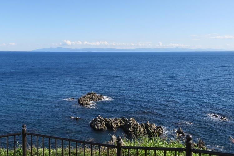 函館の立待岬から、青森県の大間を眺める。
