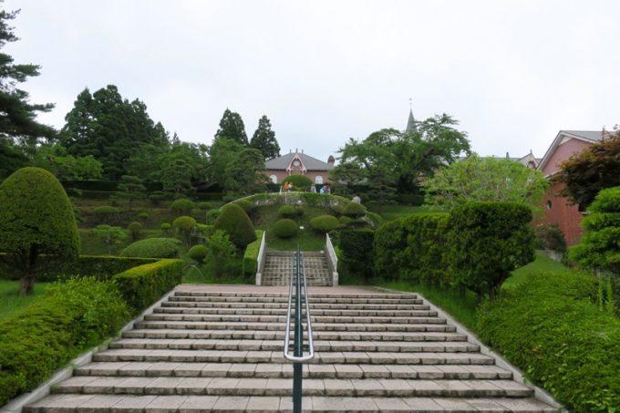 階段の先の建物へ向かう。