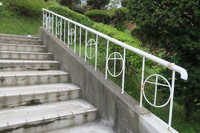 階段の手すりにも十字架。