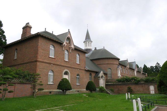 「トラピスチヌ修道院」の司祭館と聖堂。