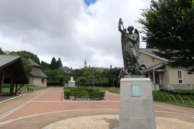 「トラピスチヌ修道院」の大天使聖ミカエル像。