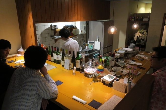 「China Bar北斗星」の店内。キッチンを取り囲むカウンター席。