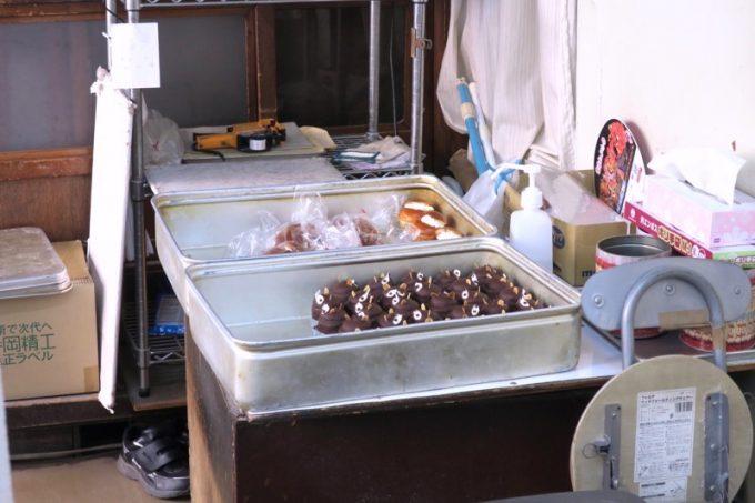 しかし、店の奥にあるバットの中に、店先に並んでいないぽんぽこやパンがあった!