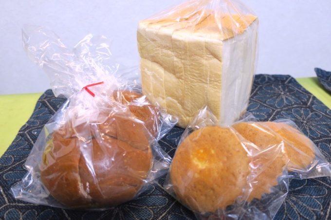 「栄作堂本店」で買ってきたパン。