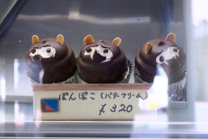 「栄作堂本店」の名物・ぽんぽこ(320円)はどんどん売れてしまい、店先に3つだけ...