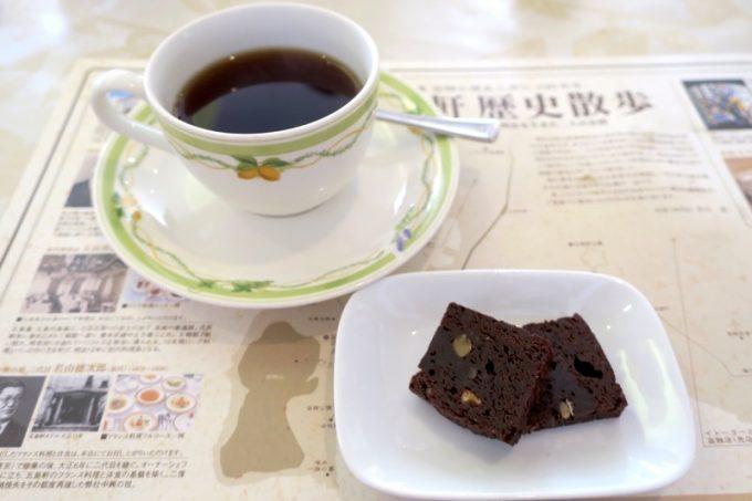 食後のコーヒーと小菓子(ブラウニー)