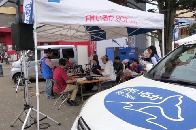 函館のコミュニティラジオ、FMいるかの公開放送ブースがあった。