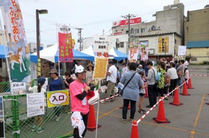 秋田犬とのふれあいコーナーは人気だった。悔しい。