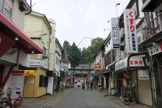 盛岡市内にある桜山神社参道は商店街のようになっている。