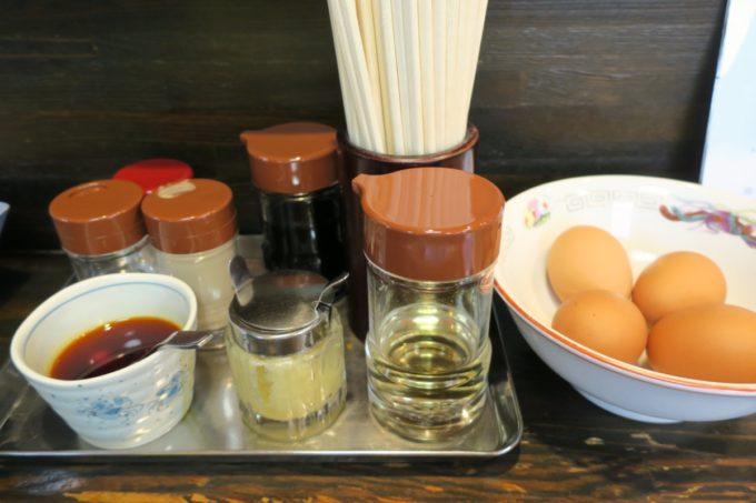 盛岡じゃじゃ麺「白龍 分店」卓上調味料で味変し、好みの味にしていく。