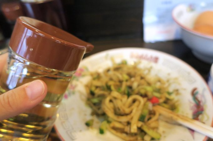 盛岡じゃじゃ麺「白龍 分店」じゃじゃ麺を食べてる途中、お酢を入れて味変した。