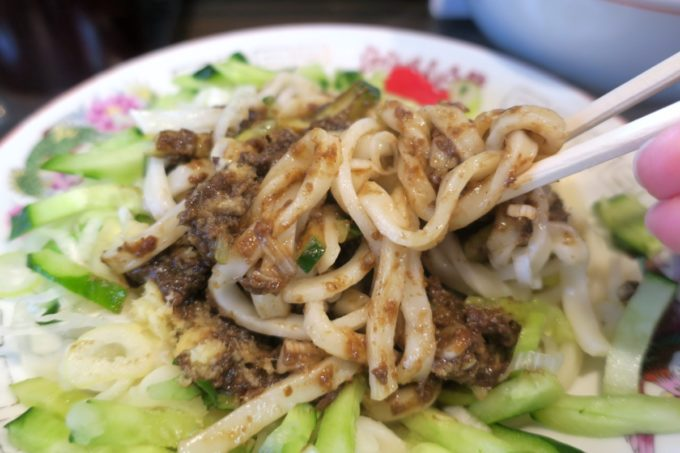 盛岡じゃじゃ麺「白龍 分店」じゃじゃ麺がきたら、まずは麺と味噌だけ混ぜ合わせる。