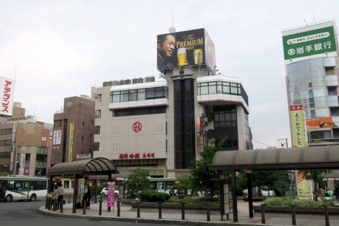 盛岡駅の東口バスターミナル前にある「盛楼閣(セイロウカク)」のビル。