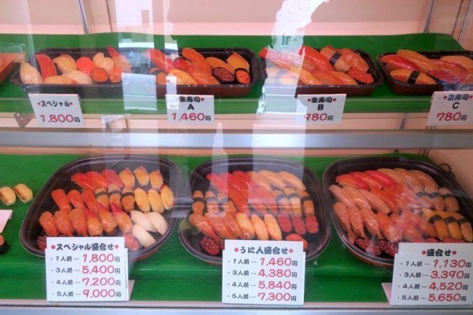 ショーケースに並ぶ寿司盛り合わせの食品サンプル。