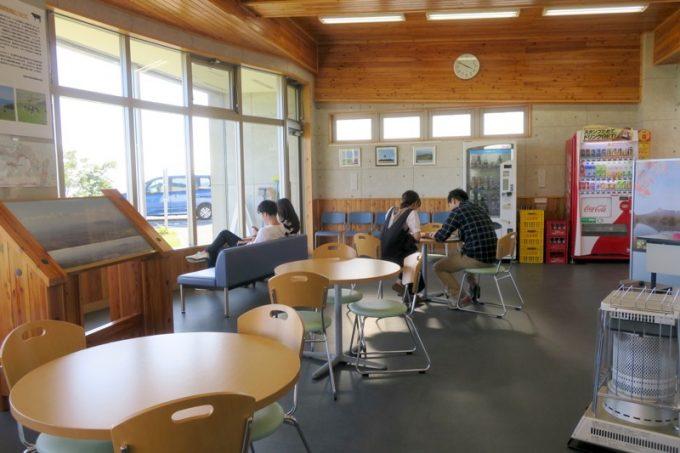 「城岱牧場展望台」の内部にある休憩スペース。