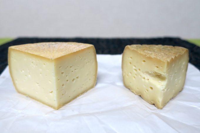 20日熟成のチーズ(左)と、3ヶ月熟成のチーズ(右)。