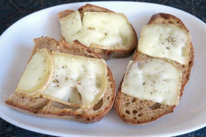 2種類のヤギチーズをパンに乗せて焼いてみた。