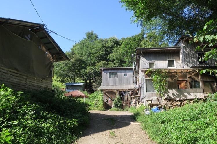ガタガタ道の先に山小屋が現れた。
