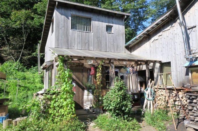 この山小屋が「山田農場チーズ工房」の外観だ。